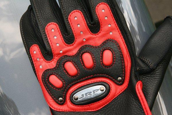 レーシングウェアなどに採用される衝撃吸収材「テンパーフォーム」が手の甲と掌の部分に編み込まれている。操作性への配慮も十分。