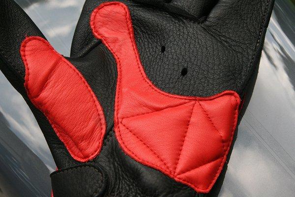 衝撃吸収材で守っている掌には小さな穴が2ヶ所空けられている。通気性の向上を図っており、グローブ内に湿気が溜まらない。