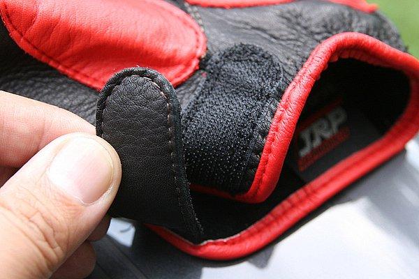手首の部分をマジックテープ式ベルトで止めるショートタイプ。手を入れる部分が絞り込まれているので、確かなホールド感がある。
