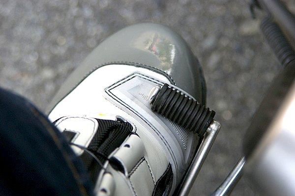 シフトパッドは浅くえぐられており、ペダルの収まりが良い。滑り止めの凹凸もあるため確実な足さばきが可能だ。RSタイチらしい工夫。