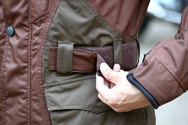 必要な機能は一通り装備。ウエストの絞込みや寒風の侵入を防ぐ襟元など、ライディングウエアとしてのツボは押さえられている。