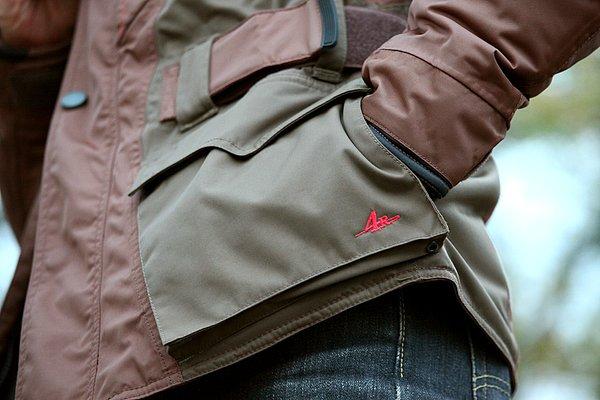左右ポケットのサイドは、トリコット生地を使用したハンドウォーマーとなっている。ポケットとしても使える便利な仕掛け。