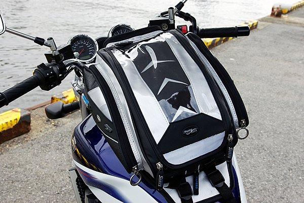 タンクの材質を問わずに装着できるハンプバッグストラップオンタンクバッグ。ベースと本体は分離式で、ディパック&マップホルダーとして使用することも可能だ。