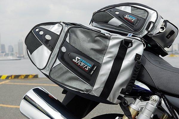 スポーツスローオーバーパニアは可変大容量タイプのサイドバッグ。底面にはOXFORD独自の耐熱素材FIRE TEXを採用し、マフラーが近くても安心