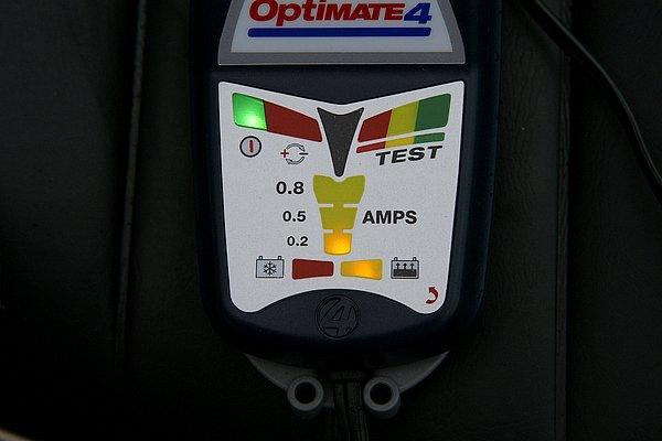 バッテリーに接続するだけで自動的に全てのプロセスを行う。維持充電は0.2アンペアのフロート充電なのでバッテリーに優しい。