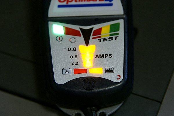 充電が必要だと判断した場合は自動的に電流を0.8アンペアまで制御する。その後診断を繰り返しながら0.2アンペアの維持充電に移行する。