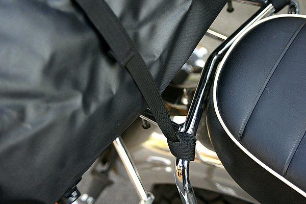 専用の固定ベルトを付属品として同梱。あらかじめバイク側にこのベルトを装着しておけば、簡単・確実にこの大きなバッグを固定できる。