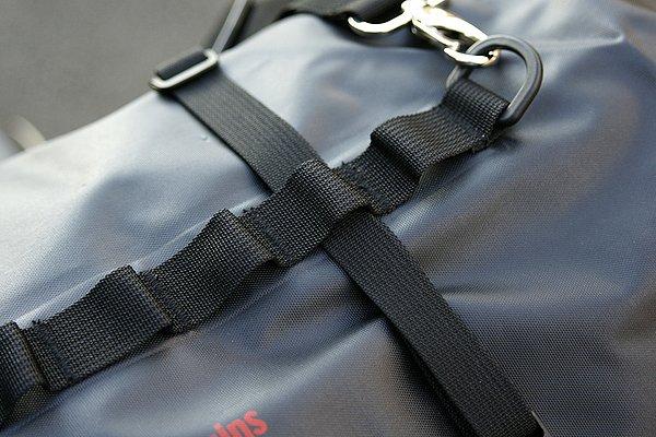 バッグ本体には固定用のPALSテープが縫いつけてある。これに固定用ベルトを通せば簡単に車載できる。小物の固定などにも便利だ。
