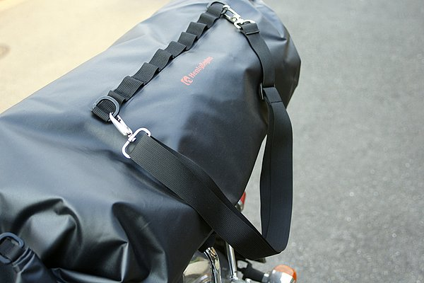 かなりしっかりした作りの着脱式肩掛けベルトも付属。宿泊先などでの搬入搬出では、むしろトップケースよりも便利かもしれない。