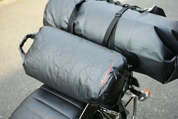 小振りの「防水小分けバッグ」もラインナップ。ドラムバッグと併用したり、貴重品を収納するインナーバッグとして使用したりするのに便利。