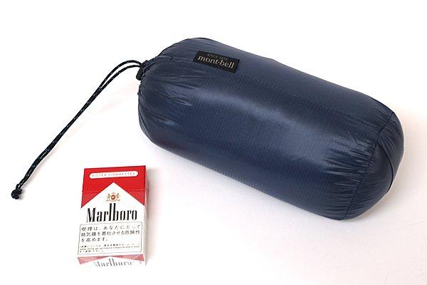 収納すればコンパクトにまとまり、サドルバッグやカバンに楽々と納まるサイズに。収納用のスタッフバッグ(非防水なので注意)が付属しているのは有難い。