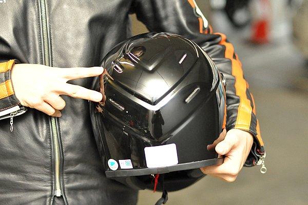 ヘルメット後方部には左右2ヶ所ずつの排気口が備えられている。口元と額部から取り入れた外気は、ヘルメットの内側を緩やかに流れ、このホールから排出される。