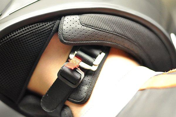 あご紐には一般的なDリングタイプを採用。下あごのベルトが当たる部分には、擦れないように柔らかいベルトカバーが備えられているため、長時間のライディングでも快適。