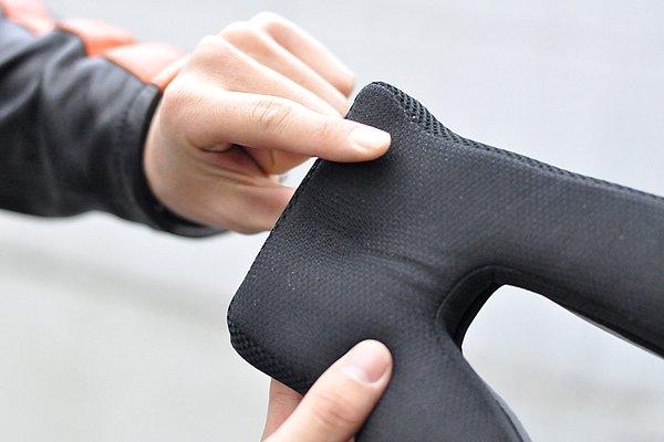 チークパッドには形状記憶クッションの低反発マットを採用。顔の形に添って変形し、頬に当たる圧力を均等に分散することで、首や顔への疲労を軽減させる。