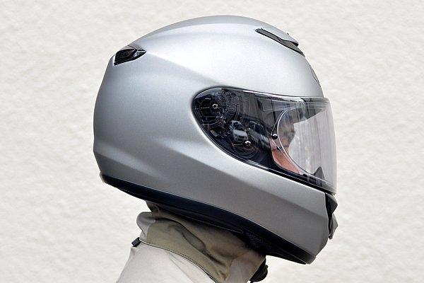 サイドから後頭部にかけてデザインされたスポイラーが高い整流効果を発揮する。後端部にはヘルメット内の空気を排出する開閉式のアウトレットを装備。