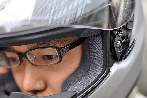 メガネの使用を考慮し、チークパッドとヘッドライナーの間にはわずかな空間が設けられている。耳の後ろにもスペースを作る事で、装着時の圧迫感は少ない。