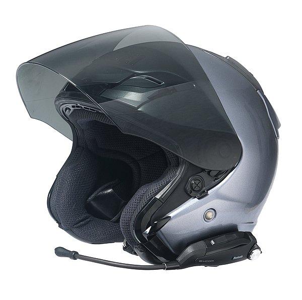 ヘルメットに固定されたベースプレートに、本体をはめ込むだけ。ベースプレートはヘルメットの淵に挟み込むクリップ式と、強力粘着テープの2タイプあるので、形状を問わず様々なヘルメットに装着が可能。