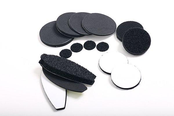 スピーカーはヘッドホンのように耳にフィットさせるのがベスト。ヘルメットの内側にそのまま装着すると隙間が空いてしまう場合は、付属のスポンジで高さを調節することで、高音質なサウンドを堪能できる。
