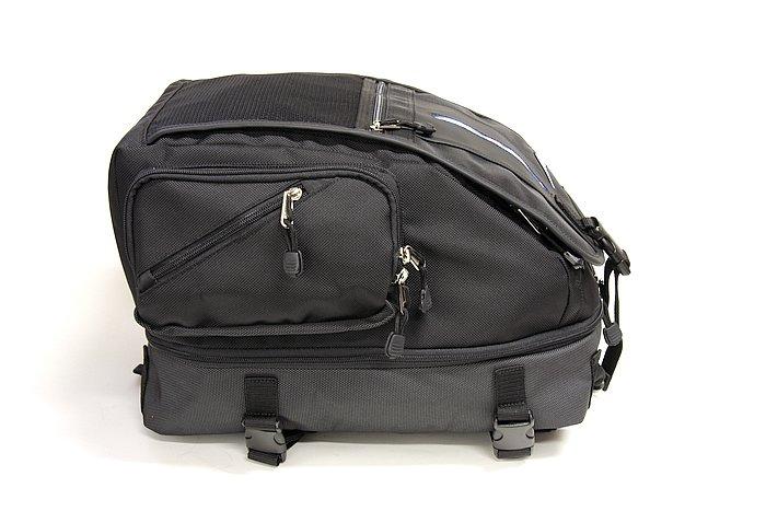 こちらは通常の25Lサイズで、サイドジッパーを閉じた状態。バッグの固定はベルトをシートに通す方式と、ステップやフレームにベルトを通す方式と2通り選べる。底面が革製で、座りも良好。