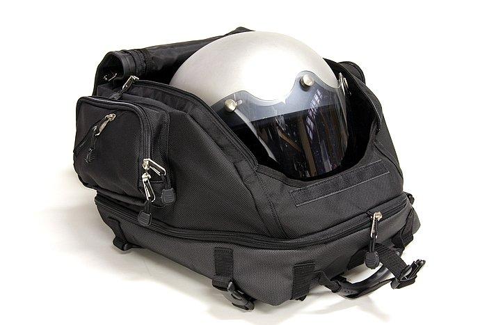 通常の状態でもジェットタイプのヘルメットがしっかり収まる。両脇はまだスペース的に余裕だ。バックルを外す→フラップを持ち上げる、という2アクションで開けられるのは、かなり便利である。