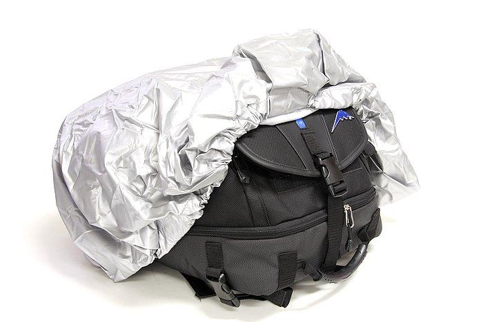 かなり大きめのレインカバーが付属する。バッグに入りきらない荷物が出た場合でも、カバー自体は余裕があるから、ストレッチコード等でしばりつけておけば、防水に関しての心配はない。