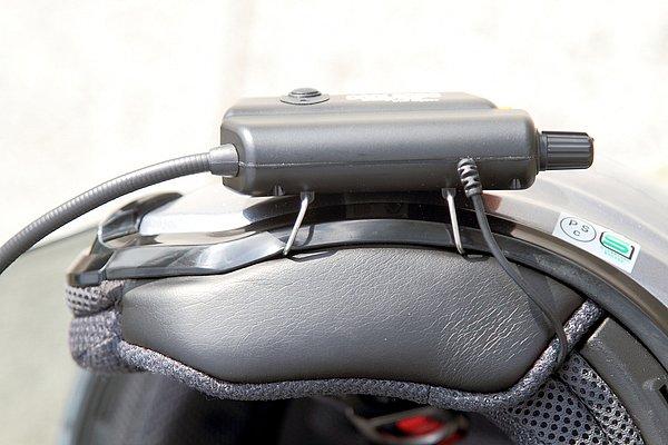 装着は、本体についている金属製の大きなクリップ状のフックを、ヘルメットの帽体と内装の間のすき間に差し込んで引っ掛けるだけ。事前に自分のヘルメットのすき間をよく確認しておこう。