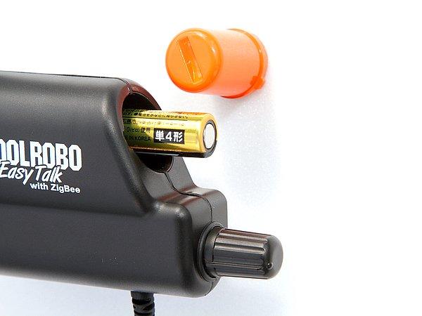デザイン上のアクセントにもなっている、オレンジ色のキャップをひねるだけで、簡単に電池交換が可能。下のボリューム兼オンオフつまみも、グローブをしたまままでも操作しやすい形状だ。