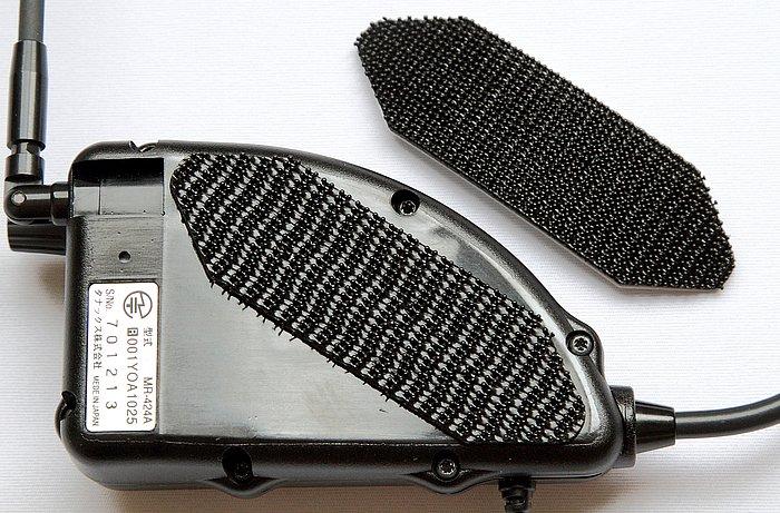 本体とヘルメットの固定は「デュアルロック」という面ファスナーを使用。よくある布状の柔らかいタイプではなく、ブロックをはめ込むようにガッチリと噛み合うので、グラつきの不安は全くない。