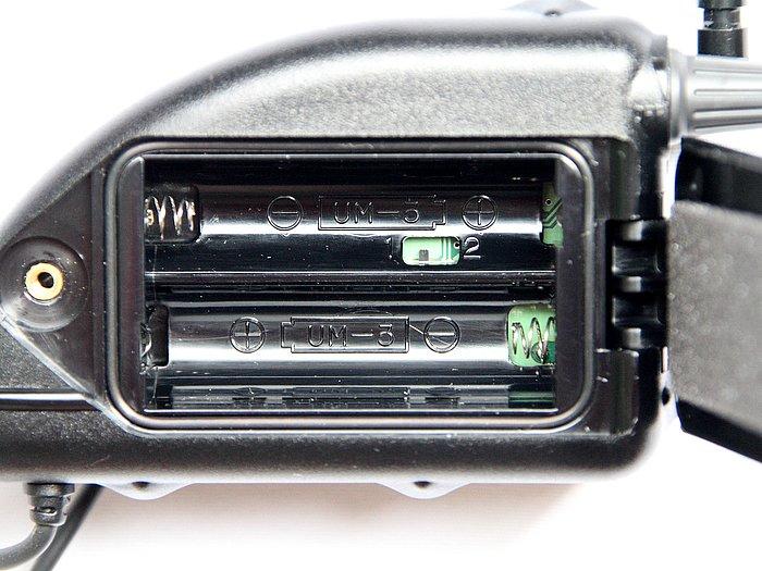 電池室の内部に1、2と書かれた小さなスイッチがあり、2つのチャンネルを切り替えることができる。万一混信がひどい時や、仲間が別のペアでもう1セットを使用するときなどに便利な機能だ。