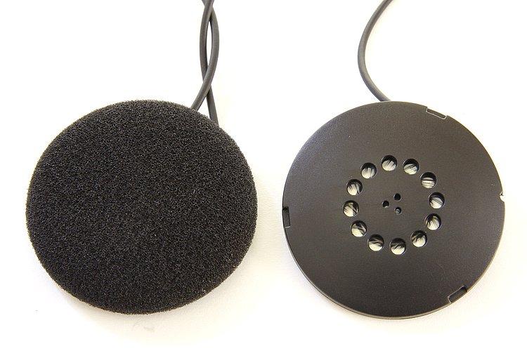 内部に装着する高音質スピーカー。サイズは直径50mm、厚さ8mmほど。径に対してかなり薄い作りだ。ベルクロテープで固定するため、耳に合わせて位置決めを任意に行える。