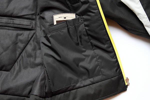 面ファスナー「クイックロン」で口を閉じることのできる内ポケットは、スマートフォンも余裕で入る大きさを確保。防水となっているので、濡らしたくない小物は表でなくこちらに収納すればOK。