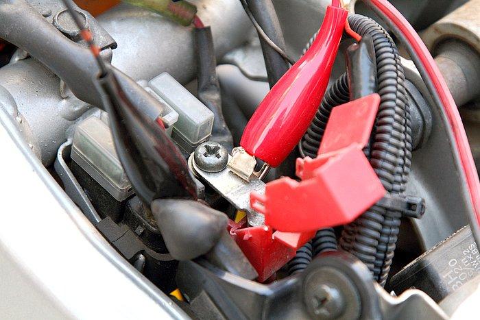 ケーブルは2種類が付属。急いでいたり、友達のマシンを充電してあげる際などは、先端にワニ口クリップの付いたケーブルが便利。バッテリーの+-端子を挟むだけとお手軽だ。