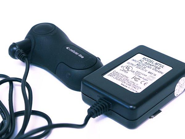 セルラーラインは充電して使用するタイプ。電池交換などは必要ない。充電は家庭のコンセントを使用し、アダプターを本体と連結して行う。