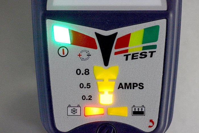 豊富な診断機能を持つオプティメートのモニター部。これは電圧低下しているバッテリーに接続した場合の表示で、0.2Aで高電圧(~22V)にて充電していることを示している。