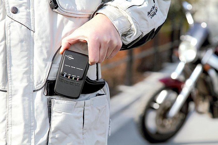 バッテリーを充電すれば、約5~8時間の間、コードレスで使用可能。高感度のためポケットに入れても使える。家庭用AC100ボルトのほか、USBケーブルでパソコンからも充電できる。
