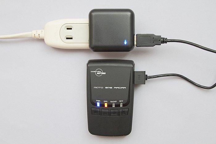 本体のバッテリーを、付属のUSBケーブルを使って家庭用のAC100ボルト電源から充電する際に使うアダプターが付属。充電式の場合、家に持ち帰って充電できるのはメリットが大きい。