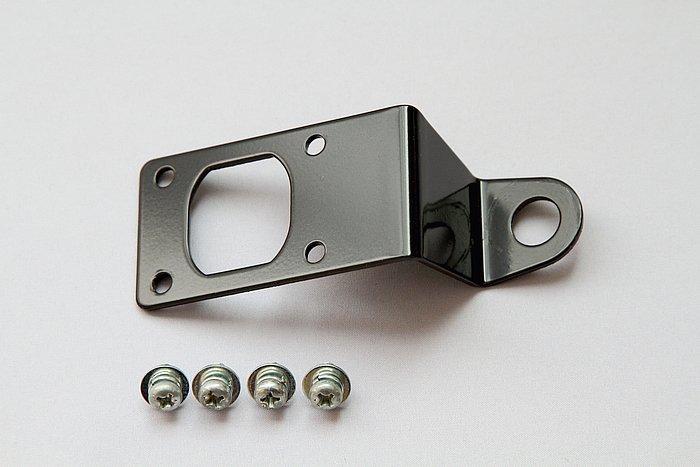 M10タイプのミラーに共締めして固定するバイク用のステーが付属。本体とステーを4本のビスで固定し、ステーの穴をミラーのボルトに通して固定するだけで簡単にバイクへ取り付けられる。