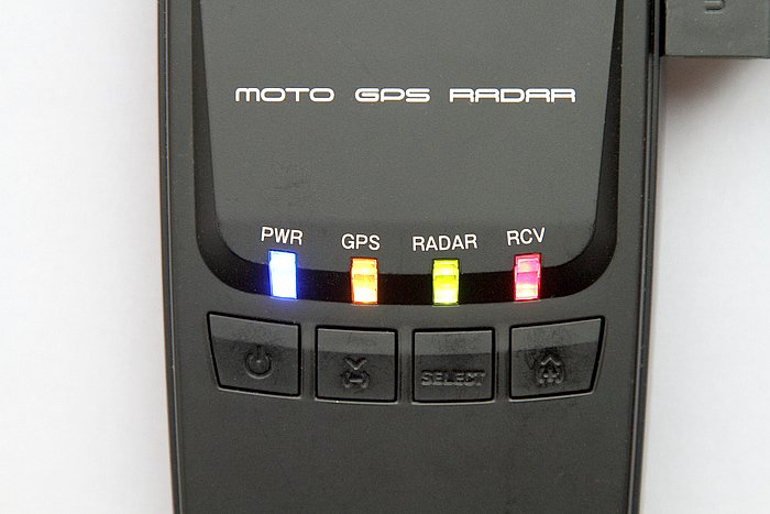 本体のボタンは4つとシンプル。長押しや同時押しで操作。表示は4つのLEDランプがモードに応じてカラフルに光って知らせるしくみ。コネクター部には防水蓋、ストラップ穴も装備する。
