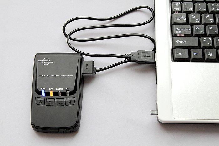 USBコードで本体とパソコンをつなげば、コムテックのホームページから最新のGPSデータを無料でダウンロードすることができる。オービスデータ以外の多彩なGPSデータも更新が可能だ。