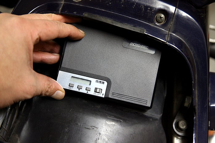本体の設置はシート下が一般的だろう。サイズは120×85×26mmで、システム手帳ほどの大きさだから、ほとんどのバイクに取り付けられる。雨やオイルが本体につかない場所を選びたい。