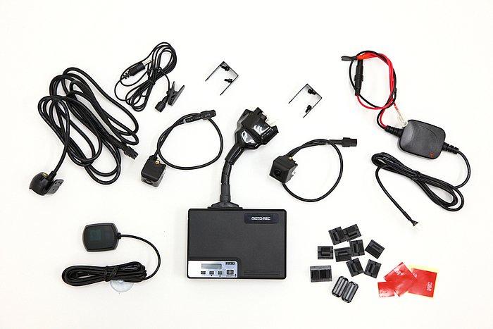 レコーダー本体の他、カメラ2台、マイク、GPSアンテナ、LEDインジケーター、電源ケーブル、接続ケーブル、CFカード(8GB)が付属する。※カメラステー2個は別売り