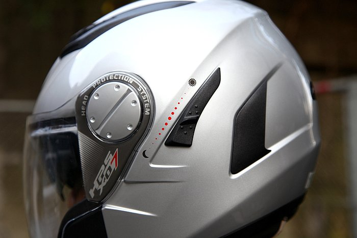 走行時にも操作できるよう、サンバイザーの格納レバーはヘルメット左側面に設置される。冬物グローブでも軽い操作でサンバイザーを出し入れできる。2~3回操作するだけで慣れる。
