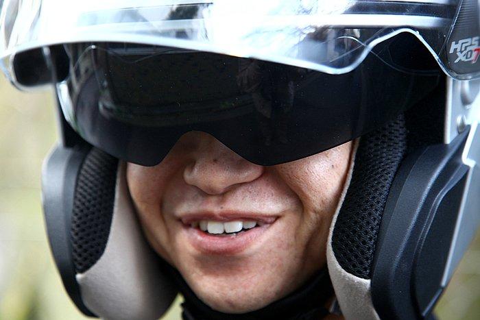 濃度は一般的なシールドのスモークくらい。個人差もあるが夜間やトンネルでの使用は控えたほうがいいだろう。もちろん、眼鏡を常用している人でもサンバイザーの上げ下げは問題ない。