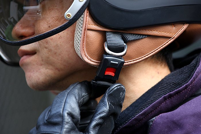 着用時ははめ込むだけ、外す時はボタンを押すだけとアゴ紐のロックはいたって簡単。これなら万が一の事故の際に第三者がヘルメットを脱がすときでも、迷うことなく対応できるだろう。