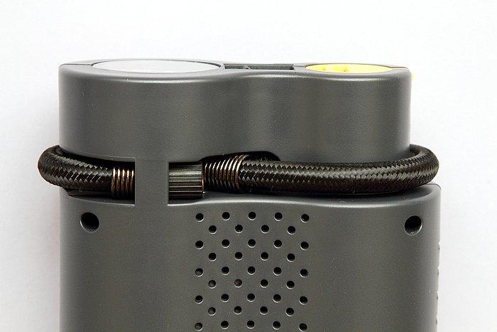 タイヤに空気を入れるためのエアホースも、使わないときは本体ミゾにはめ込んで収納しておける仕組み。本体にピッタリ収納するためか、ホースが若干短めなのが少々残念なポイントだ。