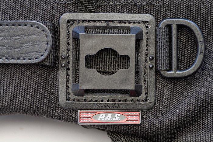 ラフ&ロード製品に共通のP.A.S.(ポーチアタッチメント)システムに対応。小型ポーチやドリンク用保冷ポーチなど、オプショングッズをワンタッチで取付けられ、システムアップが可能。