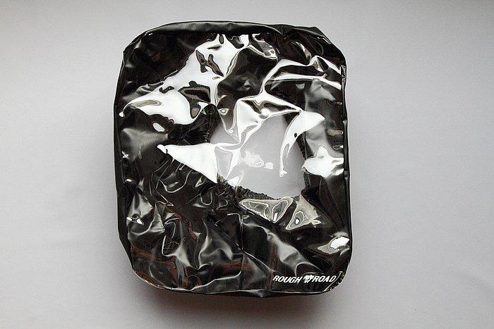 トップクリアレインカバーを標準で装備。カバーの上面が透明になっていて、タンクバッグの上部に入れたツーリングマップなどを、雨の際にもそのまま見られるようになっている。