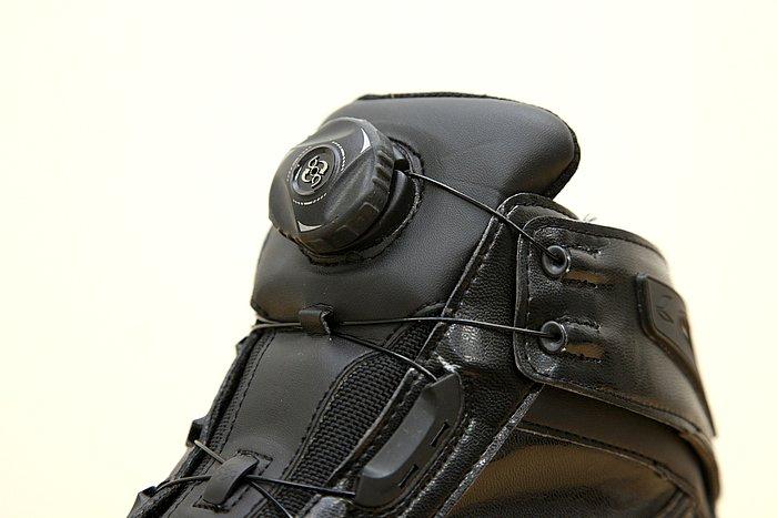 ダイヤルを回すだけで靴紐が締め上げられ、一体感を高めてくれるシステムを採用。緩めるときはダイヤルを引くだけと、シューズの着脱は至極簡単便利。靴を大きく進化させるシステムだ。