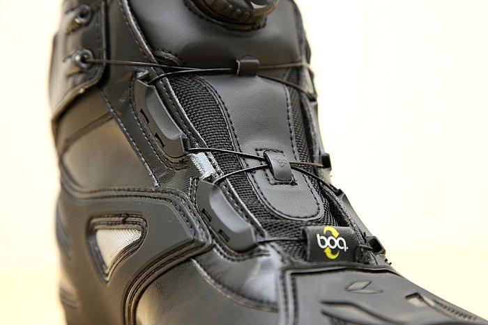 49本もの細いステンレスワイヤーを束ね、樹脂コーティングされた靴紐。細いワイヤーはシューズのルックスを引き締めている。細いからといって足に負担がかかることはない。