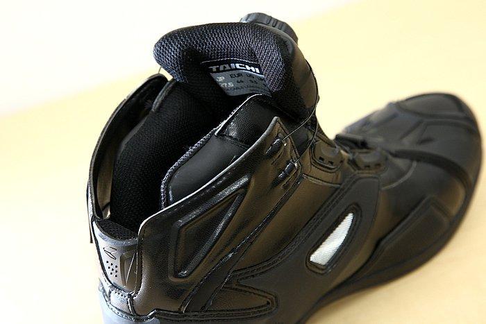 商品名こそシューズとなっているがハーフカットのブーツとなっており、足首のホールド感はしっかりとしていつつもやわらかい。開口部は二重構造となっていて大きく広がり、履きやすい。